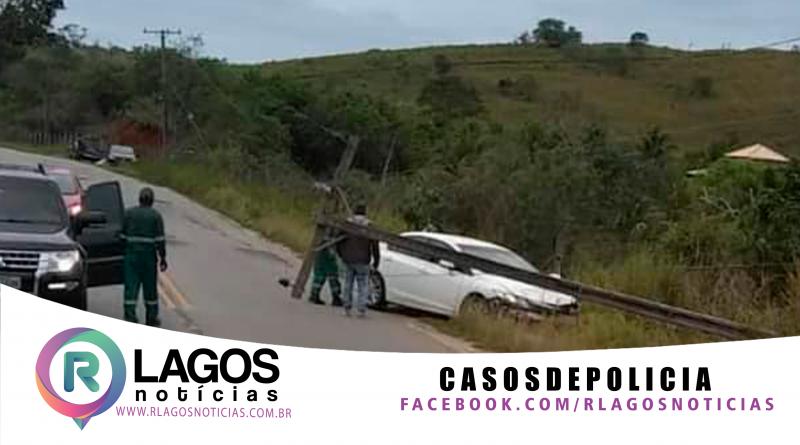 Motorista perde o controle do veículo e arranca poste em Saquarema